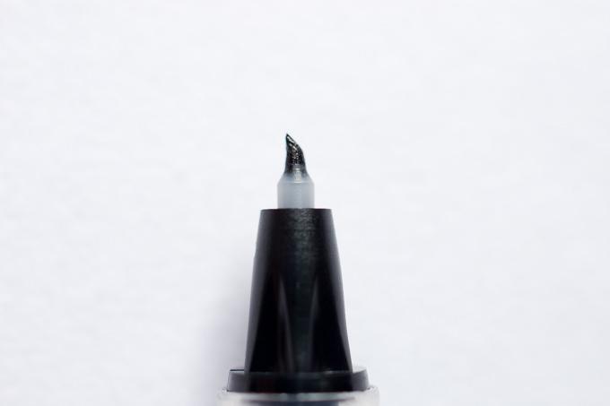 筆まかせ【極細】のペン先を拡大した様子